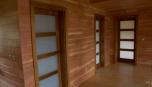 Minimalistický interiér moderní roubenky