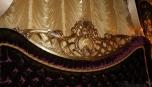 Detail čalouněného čela postele, potaženého sametem