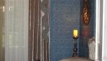 Detail závěsu a jeho dekorace v modrém pokoji