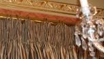 Detail řasení zdobného závěsu a záclonových konzolí