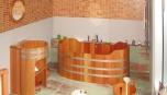 Dřevěná vana je dominantou každé koupelny