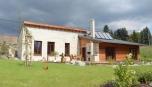 Rodinný dům postavený ve svahu se otevírá do krajiny