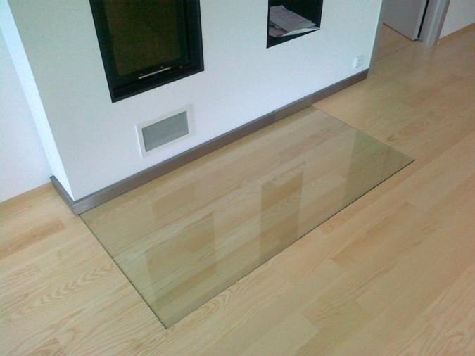 Kvalitní dřevěná podlaha před krbem