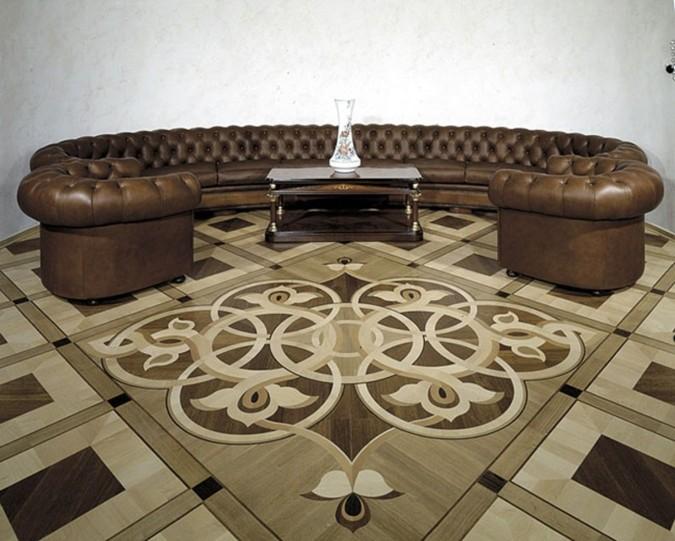 Zajímavá intarzie v obývacím pokoji je zajímavým a poutavým prvkem