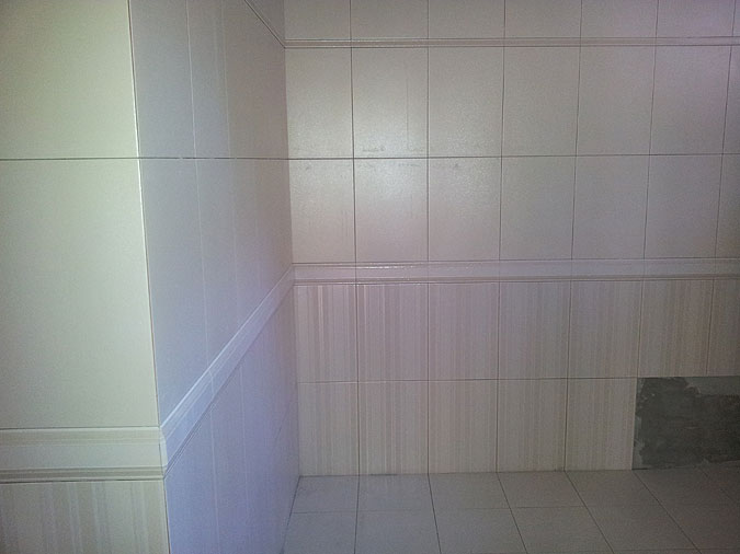 Pohled do koupelny během obkladačských prací.