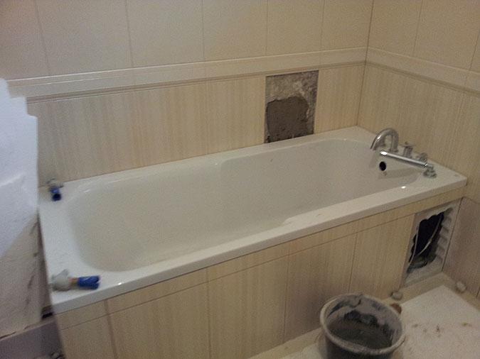 Montáž vany a baterií. Již se finišuje, aby si majitelé brzy užili koupel ve své luxusní koupelně.
