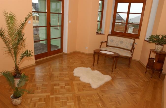 Zajímavá kazetová podlaha v moderním interiéru