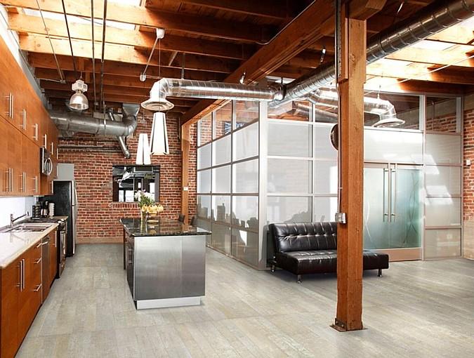 Designová podlaha z kolekce Apavisa Vintage skvěle odlehčí a doplní syté tóny zdi v pozadí