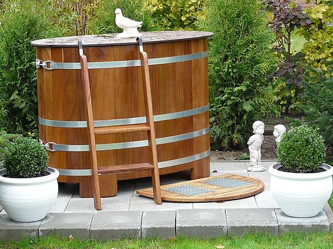 Venkovní dřevěná káď určená k ochlazování po saunování