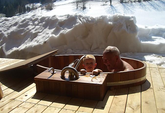 Dřevěný bazén, či vana v exteriéru