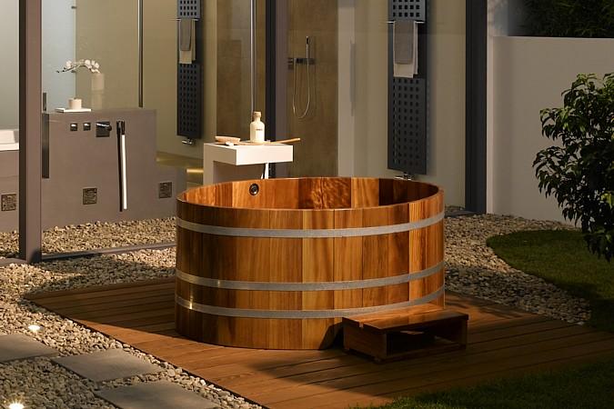 Stylová dřevěná vana umístěná v exteriéru