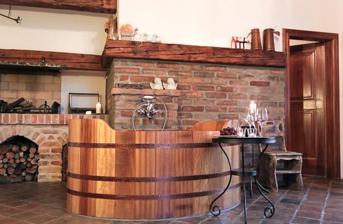 Interiér doplněný dřevěnou vanou
