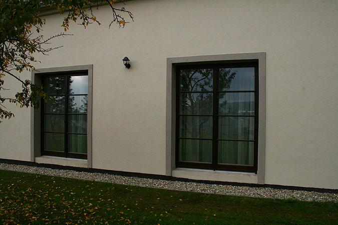 Socialistickými úpravami znehodnocená okna byla nahrazena velkými francouzskými okny z dřevěných lepených profilů poskytující úchvatný výhled na celé město.