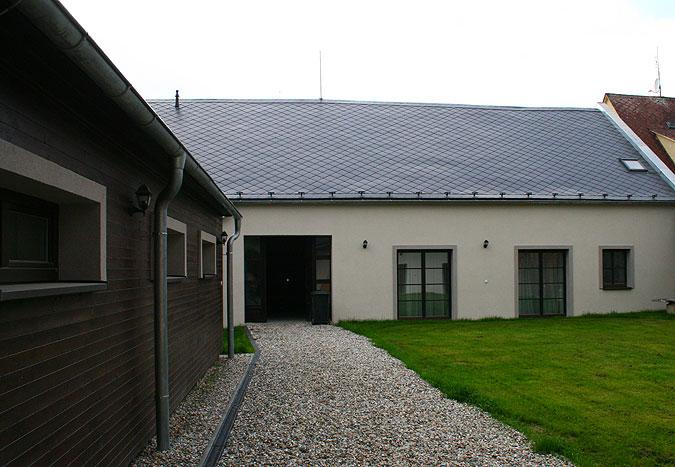 Dřevěná okna na míru se uplatnila i ve dvorní části, do které jsou situovány především intimnější místnosti.