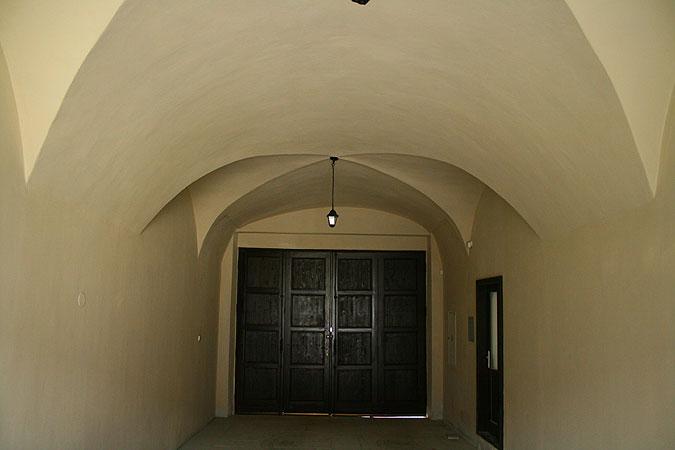 Při rekonstrukci bylo zachováno maximum původních prvků, jako například krásné klenutné stropy ve vstupní hale, ...