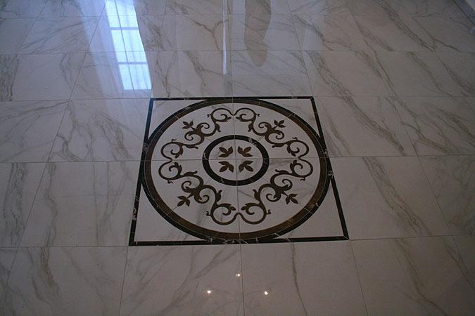 Detail precizního zpracování dekorativního prvku v dlažbě Peronda.