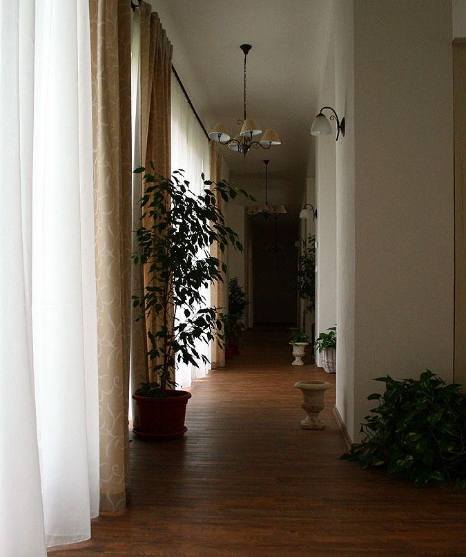 Objekt propojuje prostorná chodba. Žádné stísněné prostory! Na první pohled je zřejmé, že jde o luxusní interiér.