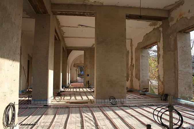 Pohled na hlavní obytný prostor během pokládky podlahového vytápění.