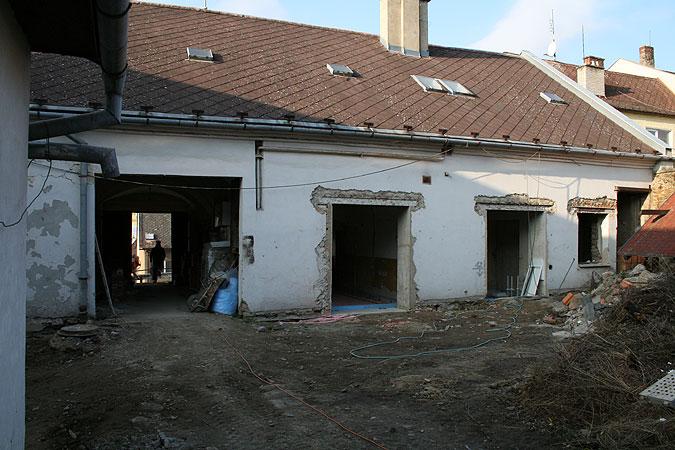 Pohled na dvorní část během rekonstrukce, kdy již jsou provedeny nové okení otvory.