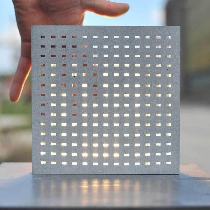 Průhledný beton umožňuje pronikání světla z více stran.