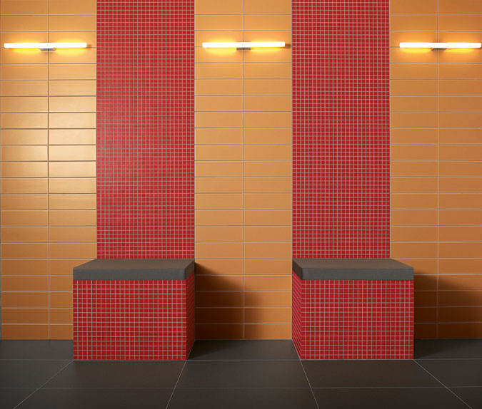Hřejivé barvy a doplňky dodávají místnosti útulnou atmosféru