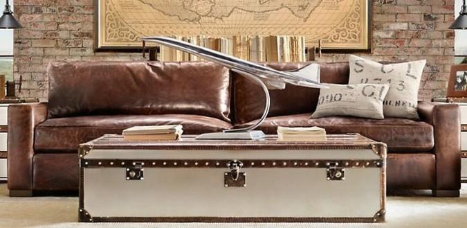 Retro nábytek zahrnuje i repliky nábytku z doby kolonialismu. Tato realizace je skvělým příkladem, že styly se vrací a neztrácejí se v toku času. Skvěle sladěná pohovka se zbytkem interiéru působí vyrovnaně a útulně.