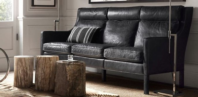 I ve velmi světlém a projasněném interiéru může být využit retro nábytek jako zajímavý a zároveň praktický prvek. V tomto případě je v realizaci použita pohovka jednoduchých linií, kdy díky její výšce a jednoduchým nohám, celek působí uvolněně.