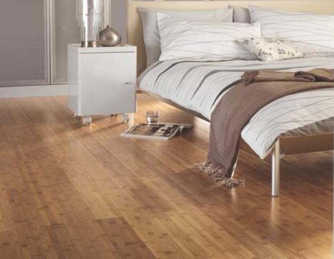 Masivní dřevěná podlaha v ložnici