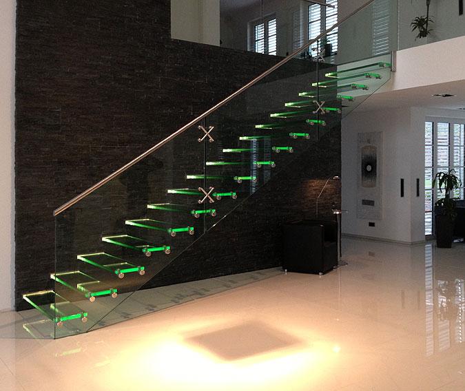 Celoskleněné schodiště s LED osvětlením jako součást interiéru.