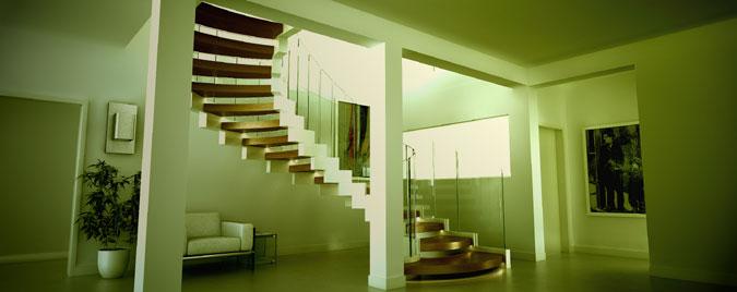 V různém světle spirálové schodiště působí jako umělecký artefakt.