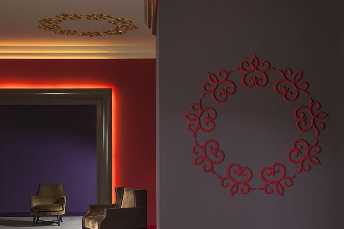 Stropní lišty pro nepřímé osvětlení nemusí být jen na stropě.