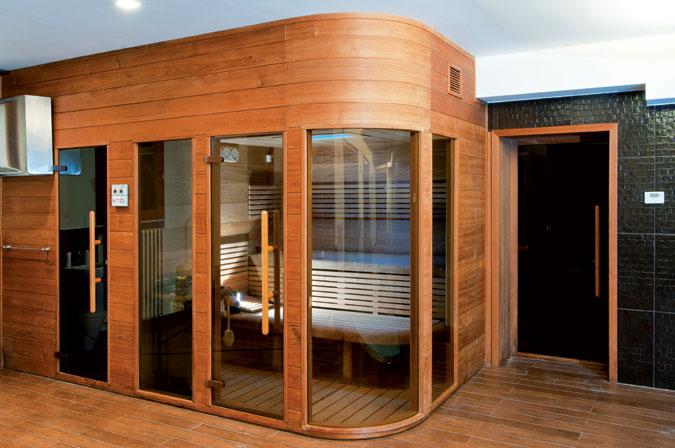 Domácí sauna v moderním designu s využitím tradičních materiálů v neobvyklých kombinacích.