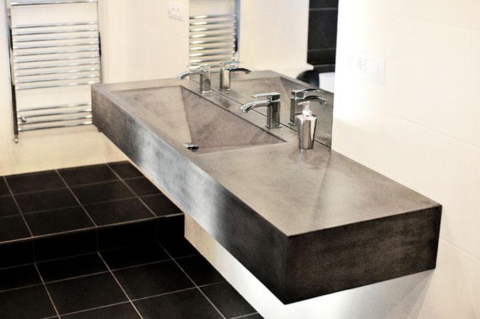 Umyvadlo z betonu v industriálním vzhledu podtrhuje moderní vzhled koupelny.