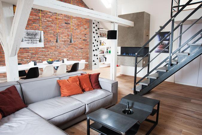Ačkoliv jsou v interiéru industriální prvky zastoupeny ve velké míře, interiér působí velmi příjemně a útulně. Velkým plus je originální vzhled.