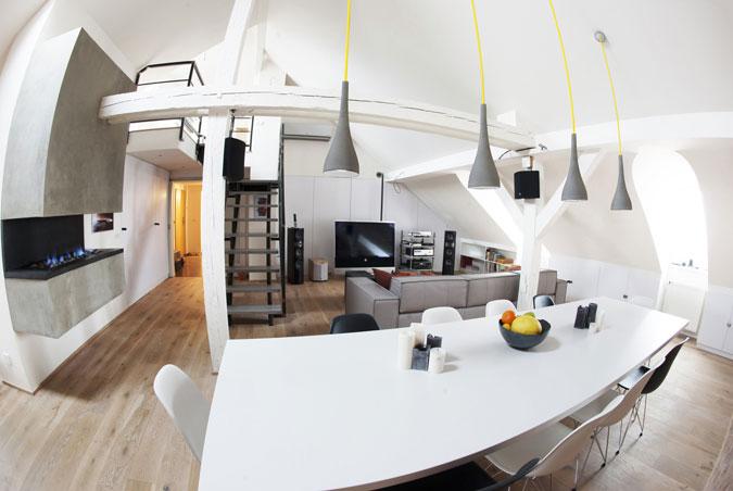 Betonový krb, betonové osvětlení, schodiště s betonovými stupni, deska stolu...