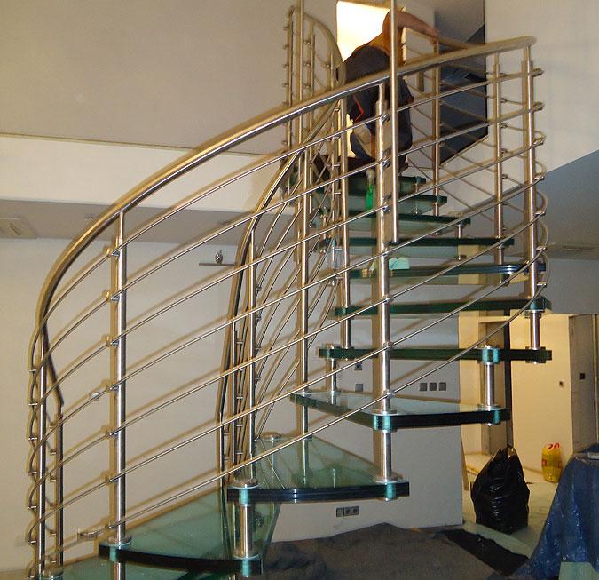 Dokončení zábradlí schodiště Sevila Vetro.