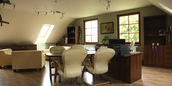 Obě kanceláře se dají využít jako jednací místnosti.