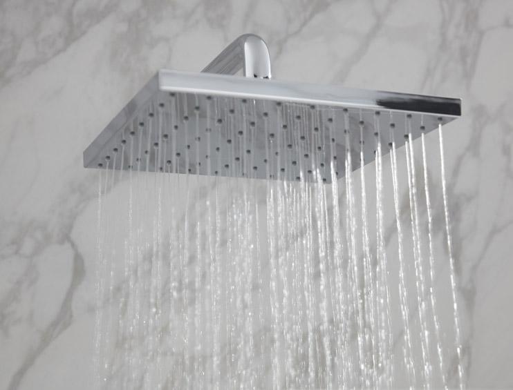 Hlavová sprcha KEUCO se sprchovým ramenem.