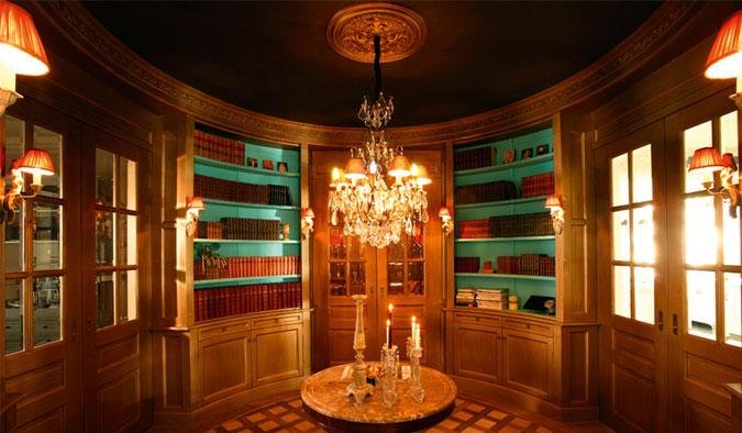 Monumentální vzhled historického salonku byl vytvořen vhodnou kombinací interiérových lišt a barev.