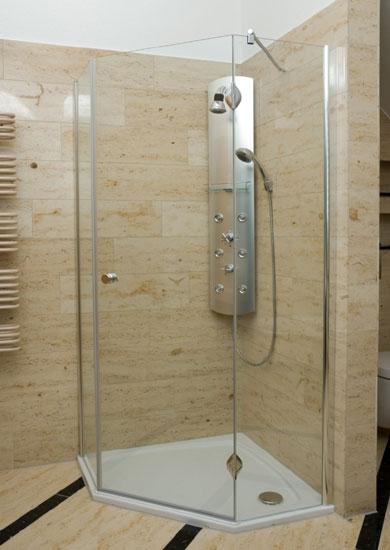 obklad sprchy travertinem
