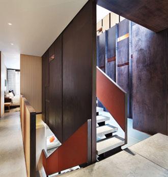 Schodiště vytváří zajímavé průhledy celým bytem a evokuje pohyb vzhůru.