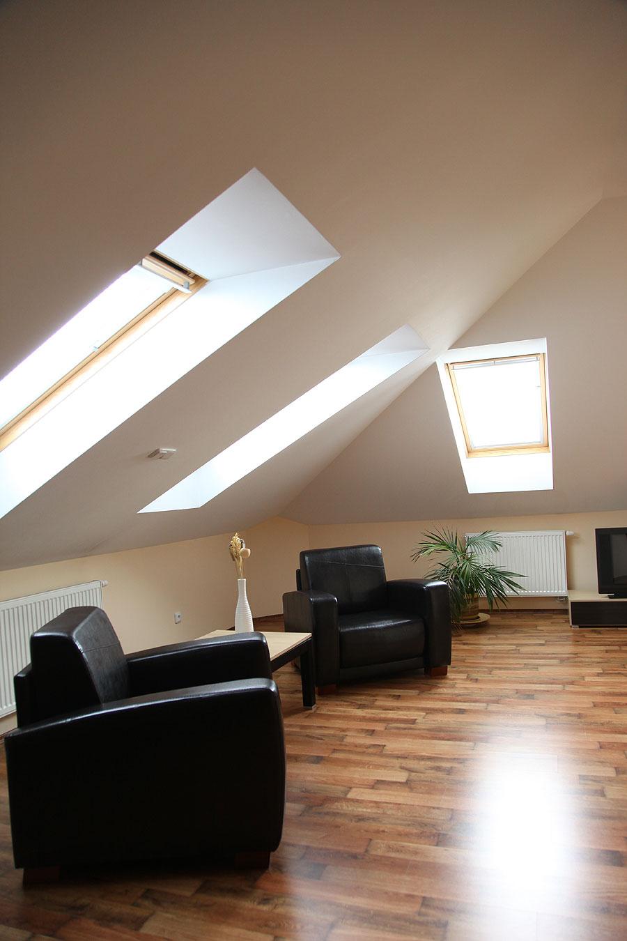 Zateplení podkroví domu je častým řešením při hledání rezerv obytné plochy. Po zateplení vzniklo několik velmi zajímavých pokojů s neobyčejnou atmosférou šikých stěn a starých trámů s patinou.
