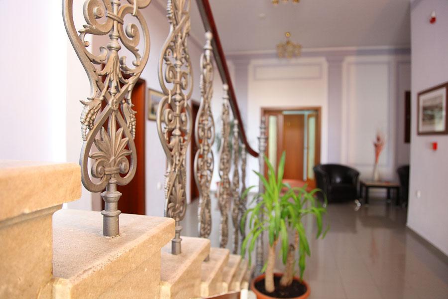 Detail zrekonstruovaného schodiště v hale.