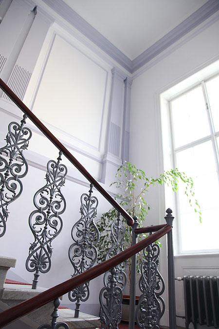 Luxusní interiér dýchá na návštěvníky na každém kroku. Detail renovovaného schodiště.