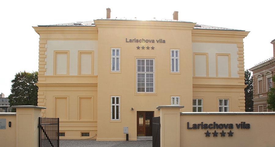 Pohled na vekovní fasádu dává tušit, že stejně citlivě přistupoval architekt i k rekonstrukci interiéru této luxusní vily.