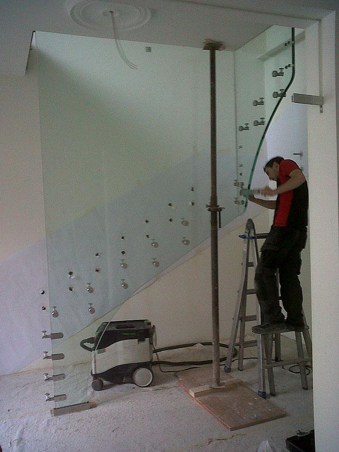 Sestavení celoskleněného schodiště je téměř hodinářská práce.