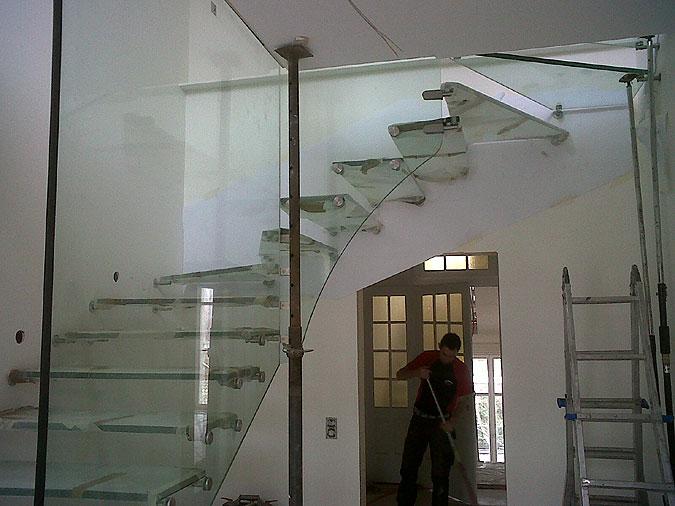 Poslední fotografie z realizace dává tušit, že celoskleněné schodiště bude skutečnou ozdobou tohoto interiéru.