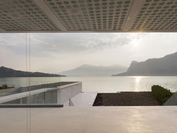 Moderní dům u jezera.