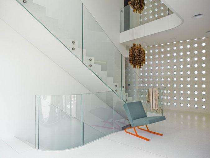 Betonové schodiště se skleněným zábradlím.