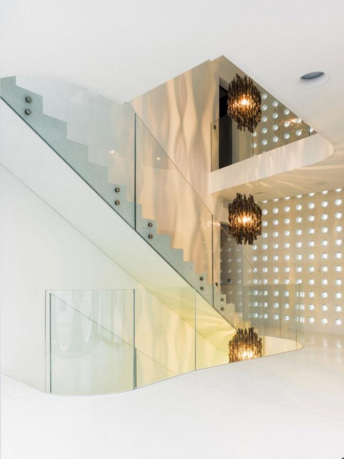 Skleněné svítící plastiky, betonové monolitické schodiště, skleněné zábradlí.